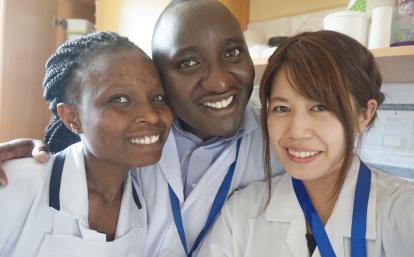 タンザニアでがんばる日本人看護師インターンと現地人スタッフ